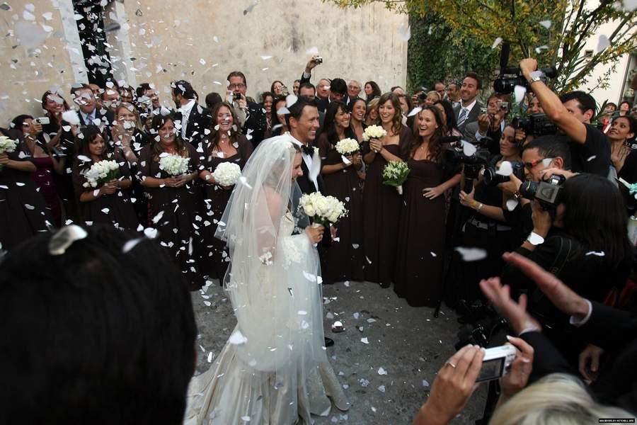 Свадьба в итальянском стиле. Одеваясь на торжество, жених должен спрятать в карман костюма какой-нибудь металлический предмет, а вот у невесты никакого
